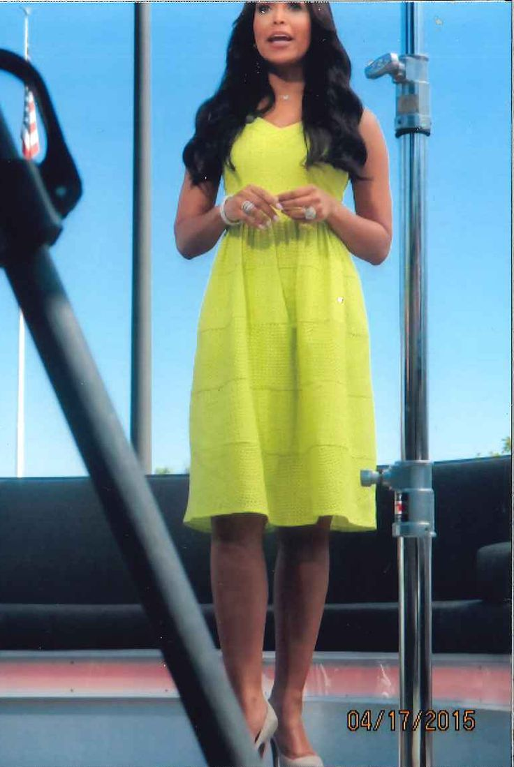 Tracey Edmonds in Donna Morgan on the set of Extra! TV! // Spring and summer fashion // Celebrity fashion