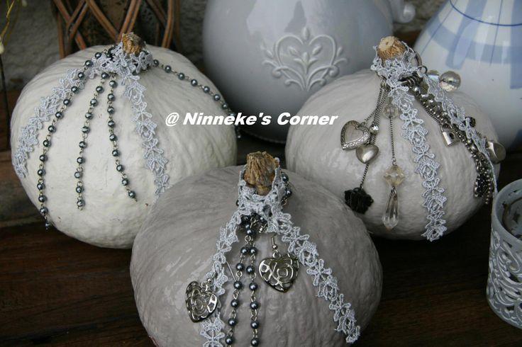 Pompoenen geschilderd in wit en grijs en gedecoreerd  met wat lint en hangertjes