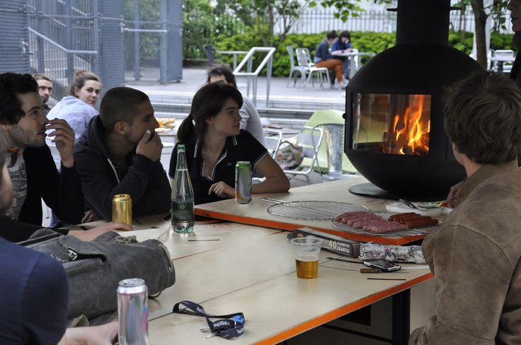De tout temps et en toutes saisons, le feu évoque la convivialité : qu'il s'agisse de l'atmosphère chaleureuse autour d'un feu de cheminée, autour d'un barbecue ou d'un feu de camp à la plage, le feu est symbôle de lien social. Nous avons décidé de ...