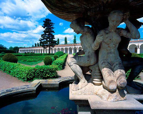 Květná zahrada, Kroměříž - fontána před kolonádou