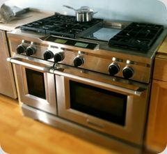 Love, love, LOVE this oven. It's made by Kitchenaid. <3