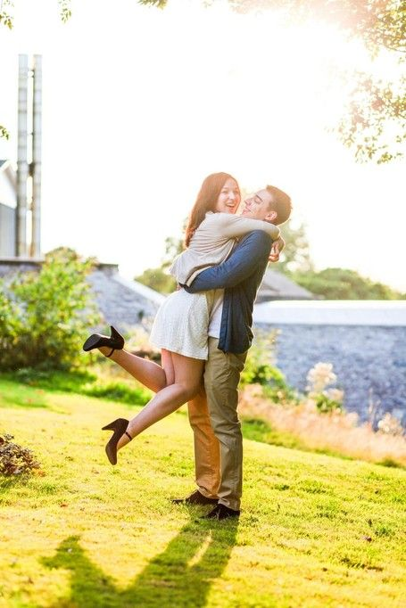 Looking for shooting ideas? Romantic couple shoot full of love at the castle-like university in Cork / Ireland! #coupleshooting #sun # light