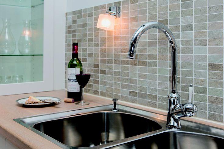 Damixa Tradtion keukenkraan 37069. De kraan met landelijke uitstraling voor de romantische keuken. Glanzend chroom met keramische bedieningshendel.