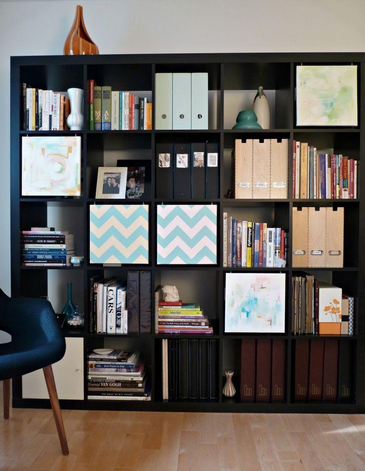 Wandregalsystem im Wohnzimmer bietet Stauraum für Zeitschriften und Akten