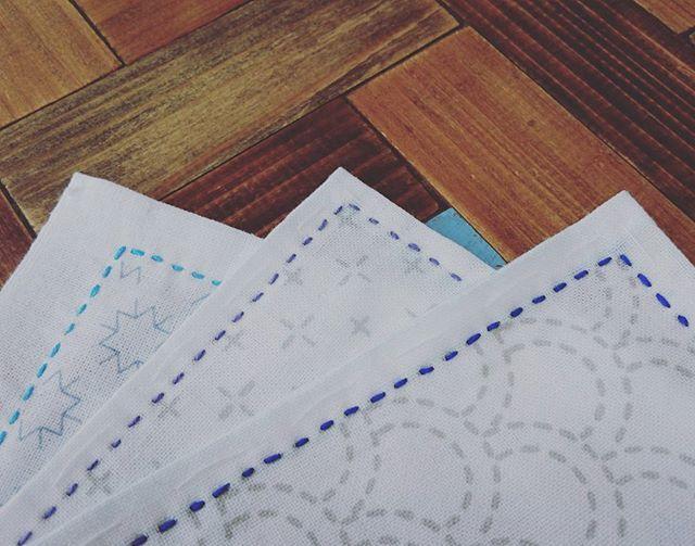 おはようございます✨秋晴れ☀️気持ちのいい朝です。お布団と枕を干しました🙆涼しくなったしそろそろ1人で寝たいな~😅 下絵つきの布巾からすべく、今回はこのラインナップ。糸を決めたので、周りだけぐるっと縫い縫い😆今日はお買い物もないし、洗濯も終わってるし👌夕飯は作りおきあるし。皆が出たら掃除機かければチクチクタイム💕あ~でもボックスシーツのゴム交換したいからゴム買いに行かないとな~😅 #刺し子 #sashiko #nui_nui #チクチク #下絵つき布巾 #今回のラインナップ #久しぶりの図案 #刺し子のある暮らし  #丁寧に暮らしたい  #ひたすらチクチクしてたいけど #他にもやらなきゃな💦💦 #手作り好きな人と繋がりたい  #刺し子をもっと知ってほしい