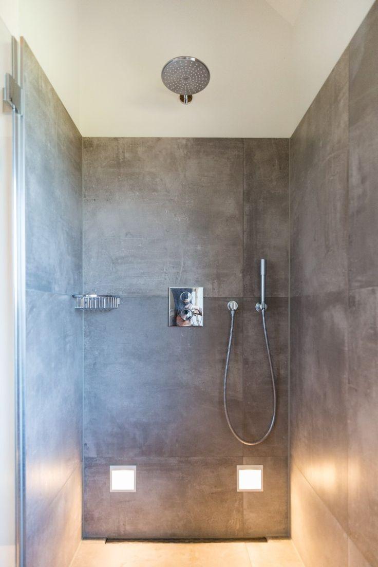 Sfeervolle badkamer met betonlook tegels #badkamer #grey #verlichting #stortdouche #betonlook #keramischetegels #badkamerideeen