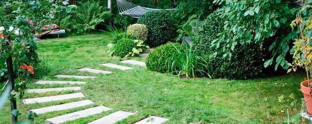 Havedesigner Dorthe Kvist bruger trædefliser til at skabe spændende stier i haven og som grafisk modspil til de mange planter og buske. Foto: PR/Dorthe Kvist, Melt Design Studio