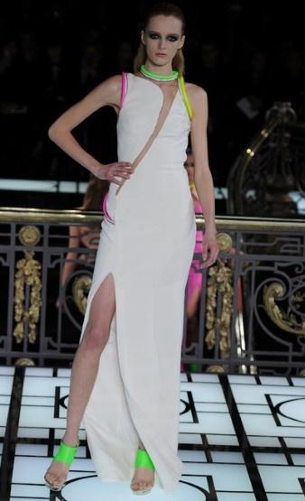 Atelier Versace Haute Couture Spring/Summer 2013 | De neon details op deze witte jurk <3