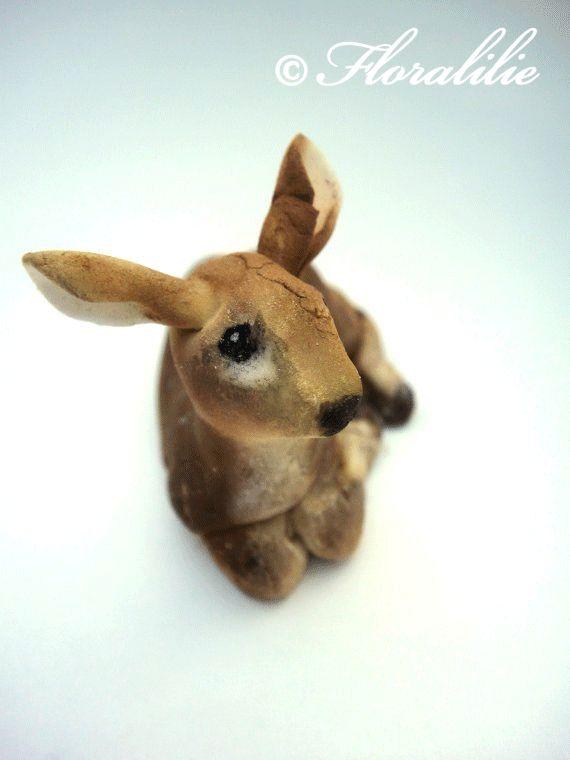 Das Kaninchen ist aus Fondant über Rice Krispie Treats mit Schnurrhaaren aus Oblatenpapier. Das Stiefmütterchen ist aus Blütenpaste.