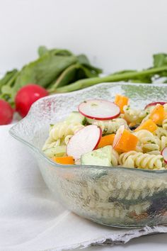 Pasta salade met komkommer en basilicum pesto