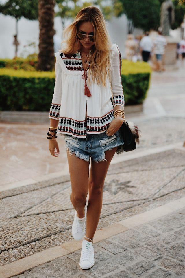 Der perfekte Weg, um Sneakers in die Sommer-Garderobe zu integrieren: Einfach zum Boho-Look kombinieren!