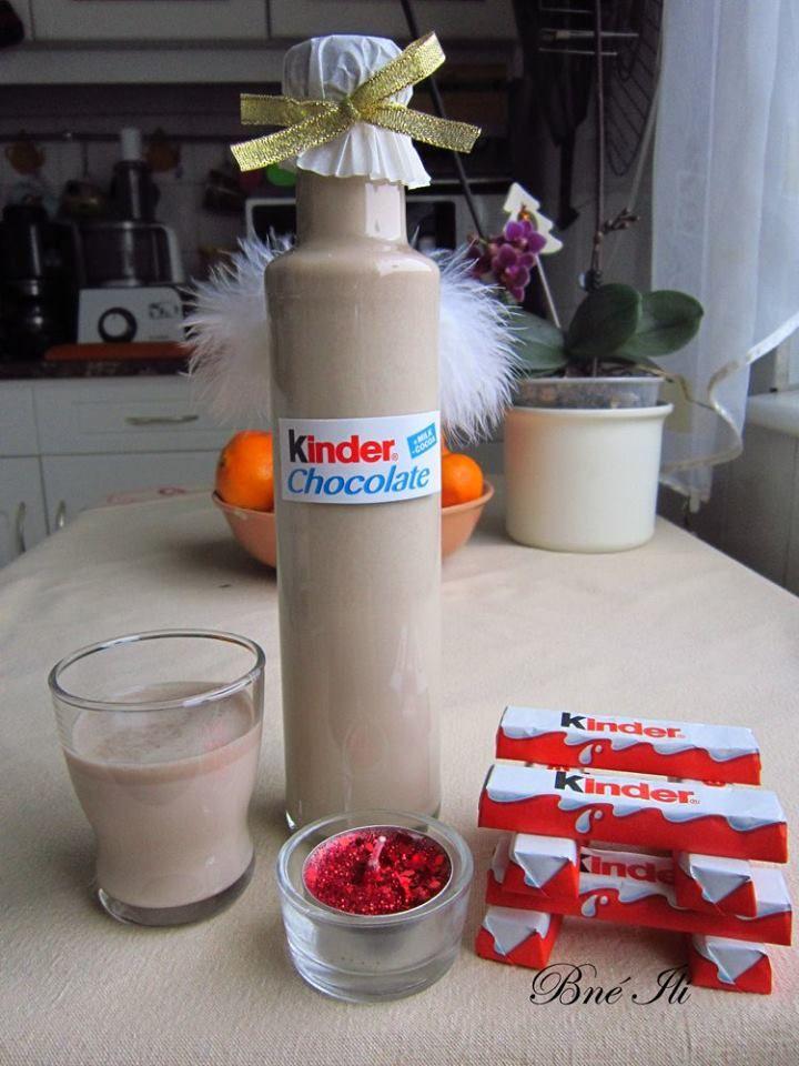 Kinderriegel likőr  1 literhez: 3 dl tej 2 dl habtejszin 8 dkg cukor 10 db Kinder Riegel (nagy) 2- 2,5 dl vodka  A vodka kivételével langyosra melegítjük a hozzávalókat, addig kevergetjük, amíg a csoki elolvad, forralni nem szabad mert összecsomósodik. Végül hozzá adjuk a vodkát.