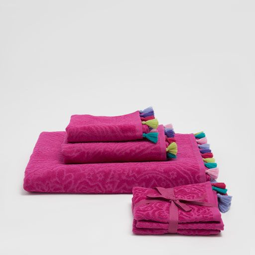 Image of the product FUCHSIA VELVET COTTON TOWELS WITH POMPOMS