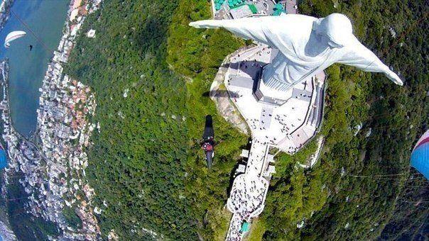 Статуя Христа Спасителя в Рио-де-Жанейро с необычного ракурса.