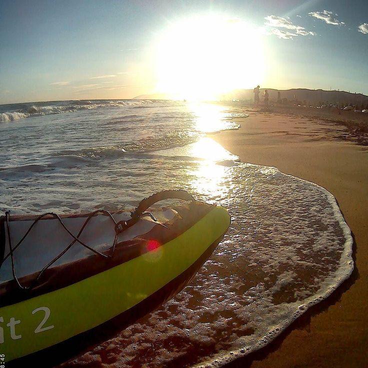 Cuando el Mediterráneo se cree Atlántico es bueno que el grumete no se haga pasar por capitán.  #beach #kayaklifestyle #stormyweather #Sunset