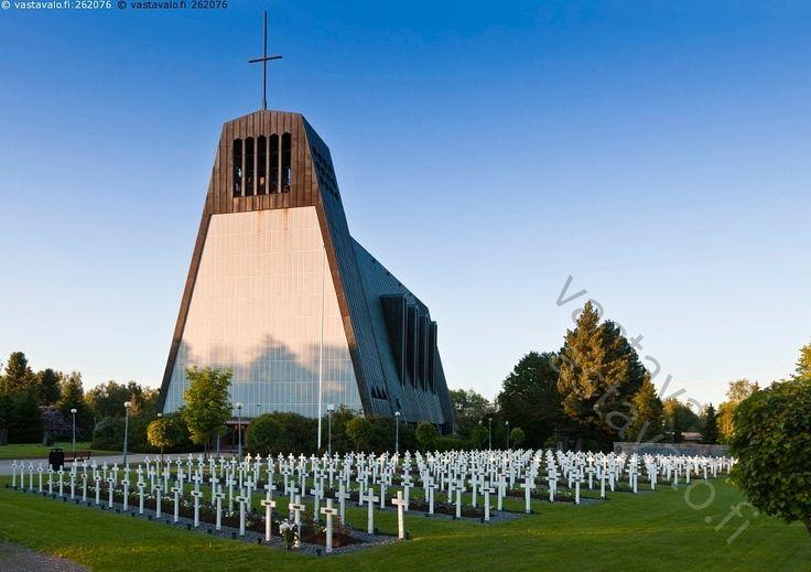 Kauhajoen kirkko - Kauhajoen kirkko  sankarihauta sankarihaudat hautausmaa risti ristit nurmi nurmikko kesä ilta arkkitehtuuri rakennus sinitaivas
