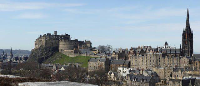 Castello di Edimburgo, Scozia  -  Si tratta di un'antica fortezza, che dalla sua posizione in cima alla rocca del Castello, domina il panorama della città di Edimburgo.