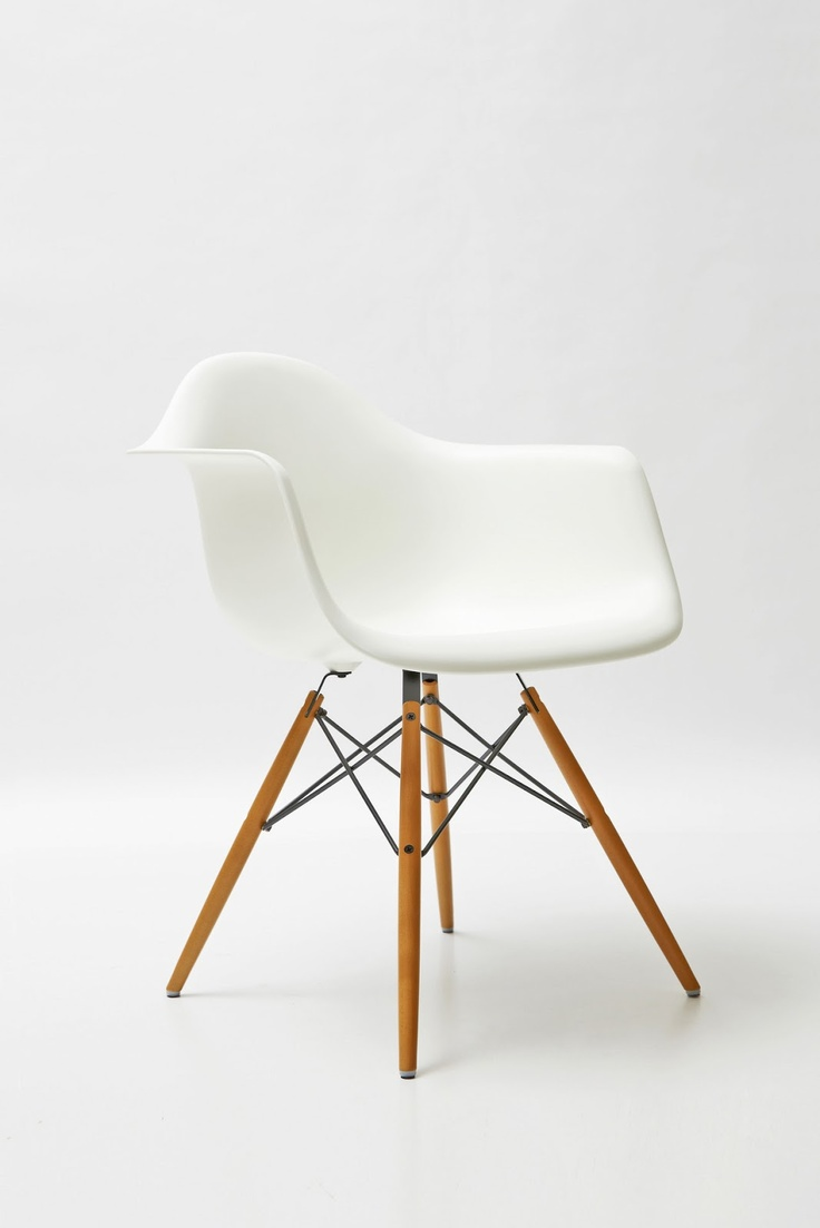 Parce qu 39 une chaise eames dans un bureau ce sera parfait for Chaise daw style