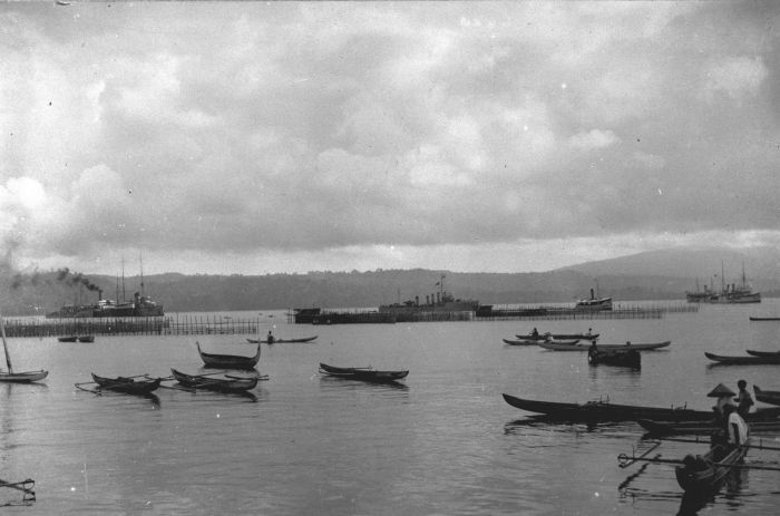 File:COLLECTIE TROPENMUSEUM De Baai van Ambon met prauwen en stoomschepen Molukken. TMnr 60013203.jpg