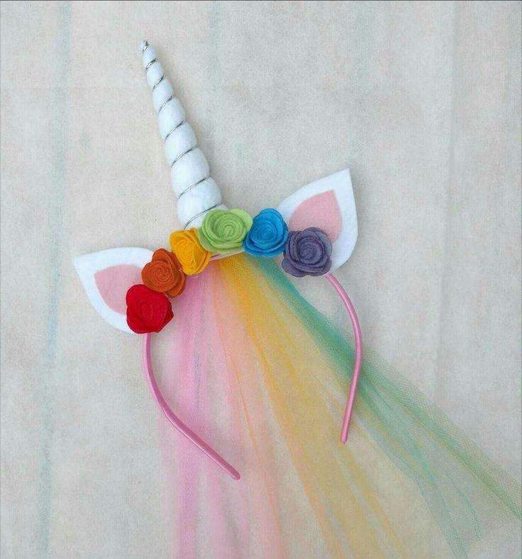 Tiara de Unicórnio com chifres e flores em feltro e véu de tule colorido. Flores na cores: vermelho, laranja, amarelo, verde, azul e lilás.    Cores da tiara podem variar.    Tamanho único, serve de bebês a adultos.