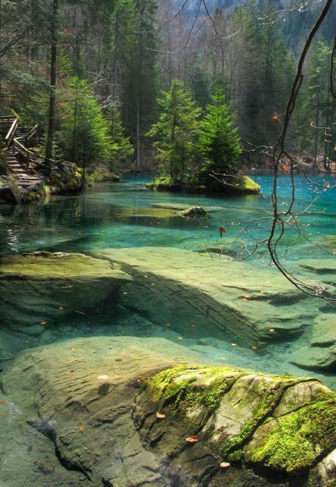 Blausee, Suíça. Belo país, com um povo que sabe preservar sua beleza natural.