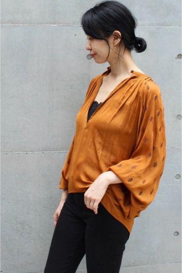 予約ELIN 袖刺繍タイブラウス  予約ELIN 袖刺繍タイブラウス 39960 お届け予定8月下旬 限定数量に達し次第締め切りとなります 光沢と落ち感のある生地に刺繍デザインがポイントのブラウス コッパー風のオレンジカラーが秋の雰囲気をプラスします タイ付きで綺麗目にもカジュアルにもオンオフ活用可能 袖口はゴム使用になっており袖を捲ったシルエットも完璧です ELIN(エリン) 2015年春夏に有名セレクトバイヤー経験者によりスタートしたブランド マスキュリンがベースにありながらも譲れない女性らしさにこだわったアイテムを展開 クリーンナチュラルリラックスなど自然な美しさに注目したコレクションは着る人に自信を与えてくれるアイテムばかりです 店頭外での撮影画像は光の当たり具合で色味が違って見える場合があります 商品の色味はスタジオ撮影の画像をご参照ください オレンジ着用スタッフ身長:163cm 着用サイズ:FREE 着用商品はサンプルです 注意事項 画像の商品はサンプルです 実際の商品と仕様加工が若干異なる場合があります サイズ表記はあくまで目安となります…