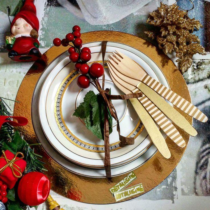 Mesa en tonos dorados con nuestros tenedores de madera decorados en esos tonos pedidos y catálogo: detallisime@yahoo.es