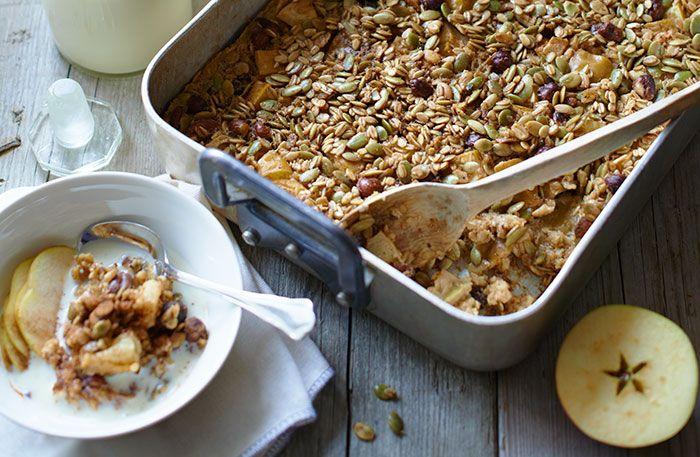Recept på bakade havregryn med äpple, russin och kanel. En blandning mellan gröt och pudding. Det här blir en stor sats, men förvara i kyl och värm upp så mycket du vill ha åt gången, så har du frukost till hela veckan.