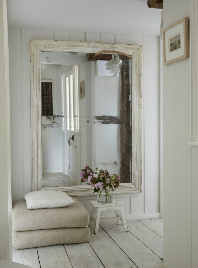 I lope making hallways and entries interesting and the simplicity of this oversized mirror and natural fabrics, sings to me!