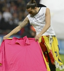 Chico, jugador de fútbol del Swansea, se pone a torear en Wembley tras ganar el título de Capital One Cup