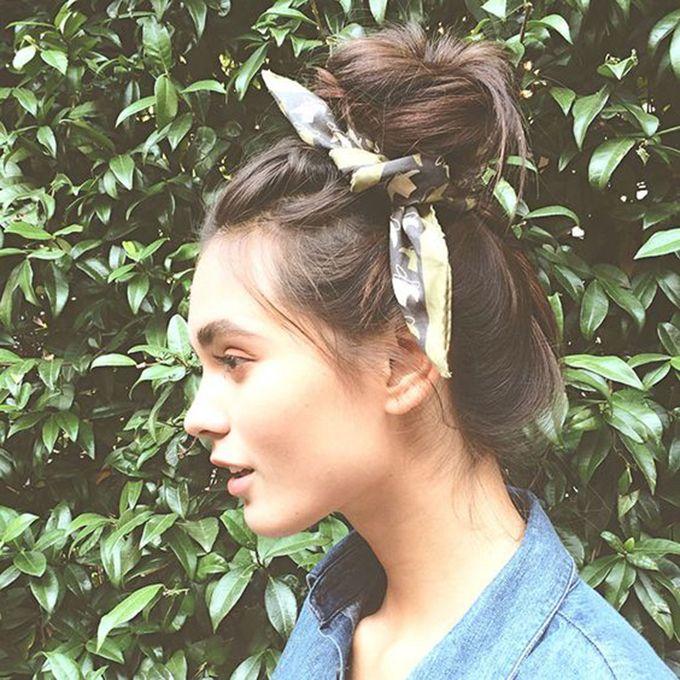 Ideas de peinados con pañuelo para este verano. En moños, turbantes, trenzas o como diadema. Esta temporada no querrás quitarte el pañuelo de la cabeza.