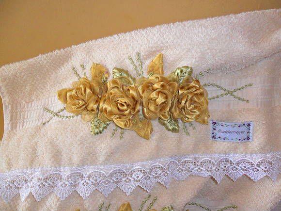 Toalha de banho e rosto, bordada em fita e acabamento em guipir. Toalha da marca Buddemeyer. R$ 150,00