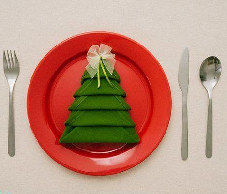 Sorprende a tus invitados antes de que lleguen los suculentos platillos navideños. Ve más allá con tu decoración de mesa con este simple detalle: servilletas en forma de árbol de Navidad. Una buena...