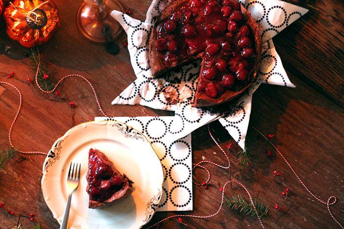 Kerstdessert: chocoladetruffeltaart met kersensaus - Christmaholic.nl