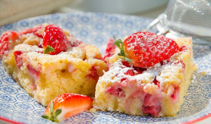 Jordgubbsrutor är en somrig och saftig kaka som är en slags sockerkaka med jordgubbar men ändå så skiljer den sig lite i smak. Det är ett enkelt recept som