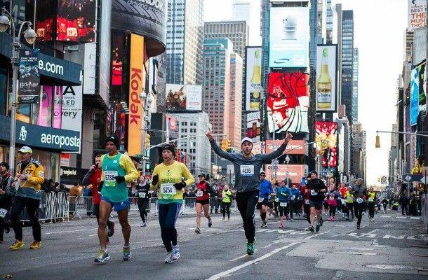 Maratón de Nueva York. Si eres uno de esos locos del deporte, seguro querrás ser parte de la maratón más famosa del mundo. Cada 4 de noviembre, miles de atletas (entre profesionales y aficionados) se reúnen en Nueva York para correr los 42 kilómetros de esta increíble y extensa carrera. Una excelente forma para sentirte saludable mientras haces un poco de turismo.
