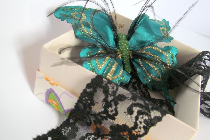 Бабочка с перьями браслет на руку.