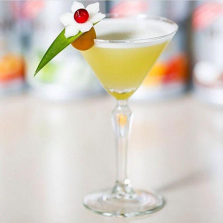 Love this from @bartending.lv  Yuzu Martini | Monin Yuzu puree | Monin Green apple syrup | Pineapple juice | Vodka |Shake&Garnish&Serve| Enjoy! Made by @inguss_reizenbergs