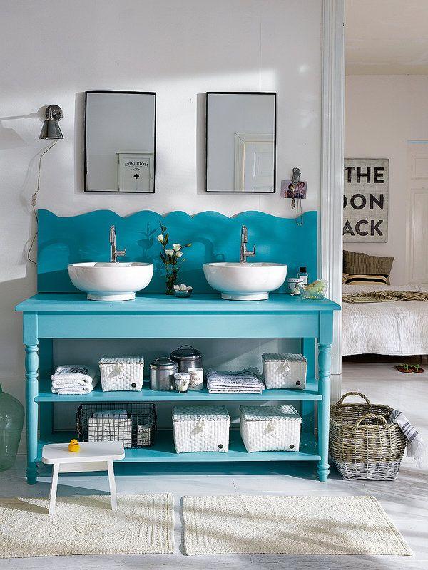Baño con elementos vintage como el mueble de madera de color turquesa. #decoraciónVintage #deco #vintage