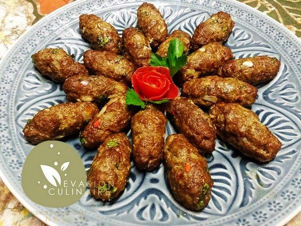 Kefta marocaine - Les boulettes de viande hachée à la marocaine (kefta marocaines) sont un classique de la cuisine marocaine; elles sont très prisées et vraiment faciles à réaliser. Je les prépare en un clin d'œil. Mes kefta marocaines sont bien épicées et traditionnellement cuites au four.  Pour les réussir rien de plus simple, la règle de base reste toujours le choix de la viande qui ne doit pas être trop grasse et le dosage en épices.