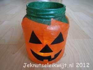 Hangt jouw kamer al vol met halloween knutsels. Spoken, vleermuizen, heksen en niet te vergeten pompoenen, die horen ook bij halloween. Een leuke halloween knutsel van een lege groente pot en papiermache van vliegerpapier, een pompoen lichtje.  Maak eerst het behanglijm klaar. Gebruik hiervoor een klein beetje poeder en een beetje water. Maak dan delege groente pot goed schoon en droog.  Knip een stukje van ongeveer 3cm af van de rol met vliegerpapier. Knip dit rolletje overdwars do...