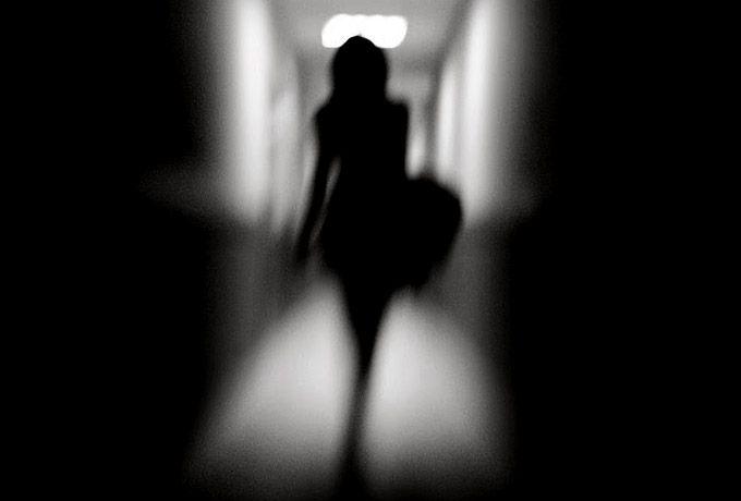 Уходите вовремя Уходите вовремя, — домой, даже если вас никто там не ждет, с зажигательной вечеринки, от гостей без «посошка», от неуместных связей и дурных привычек, от депрессии и мрачных мыслей, от тяжелых воспоминаний, из отношений, изживших себя, от людей разрушающих вас или разрушающих вашего партнера рядом с вами.  Дайте ему и себе шанс обрести того (а может, и себя самого), с кем будет лучше, комфортней, спокойней и в той форме, в которой это надо каждому из вас. Если уж вы не…