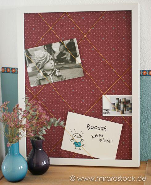 Diese Pinnwand ist im Handumdrehen selbst zu gestalten! Einfach schönen Stoff - z.Bsp. von Au Maison - einspannen, Bänder spannen, fertig!