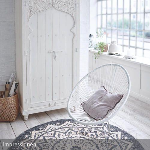 Die orientalischen Akzente sorgen für den besonderen Touch in diesem modernen Schlafzimmer. Der weiße Schrank lässt an exotische Tempel denken, während die…