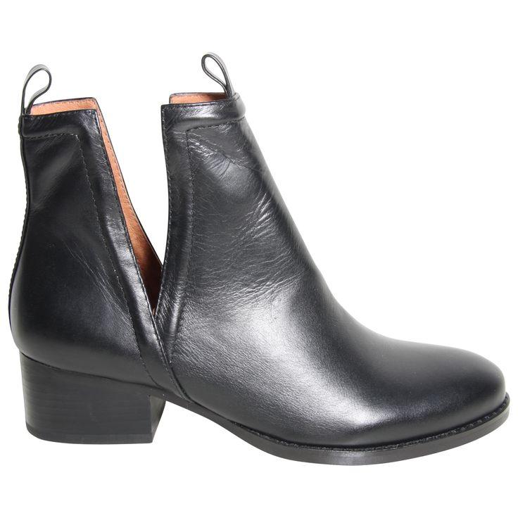 Oriley fra Jeffrey Campbell. Sorte skindstøvler med dybe udskæringer i siderne og lille hæl | Dope