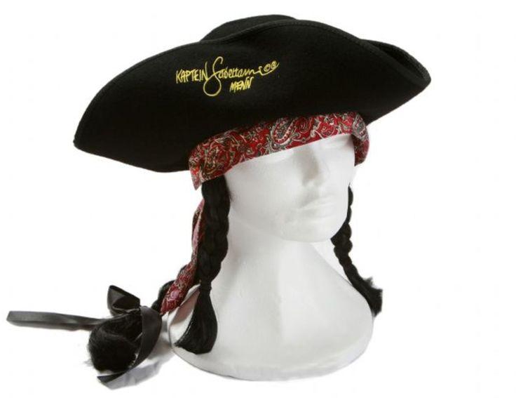 Kaptein Sabeltann Hatt Langemann är sjörövaren Langemanns hatt. Svart filt, en lång fläta baktill och två kortare flätor fram. Påsytt dekorband.<br><br>Omkrets: 54 cm.