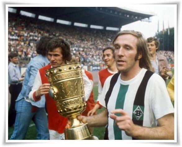 Netzer (Borussia M'gladbach) con la Coppa di Germania 1973