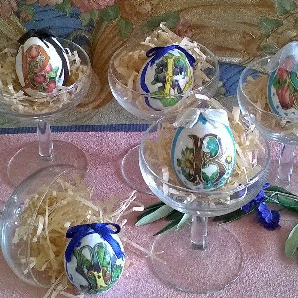 """Laura R (@laura.mercatini) su Instagram: Segnaposto.🍷🐔 #eggs #uova #Pasqua #Easter #vintage #retro' #glasses #bicchieri #segnaposto…"""""""