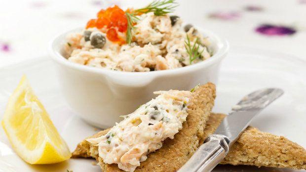 Rillettes byla původně připravována z vepřového masa. Rillettes můžeme ale připravit i z jiného masa a klidně i ryb. Lososové rillettes by se zjednodušeně dalo nazvat rybí pomazánkou.