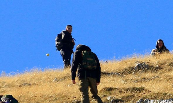 + - Investigadores paranormais estão analisando esta foto bizarra, na qual aparece um globo metálico pairando por detrás de um grupo de pessoas que caminhavam por uma montanha. O globo pode ser visto atrás do homem mais à esquerda na foto. A estranha foto teria sido tirada numa montanha em Kosovo – mas ninguém reportou …